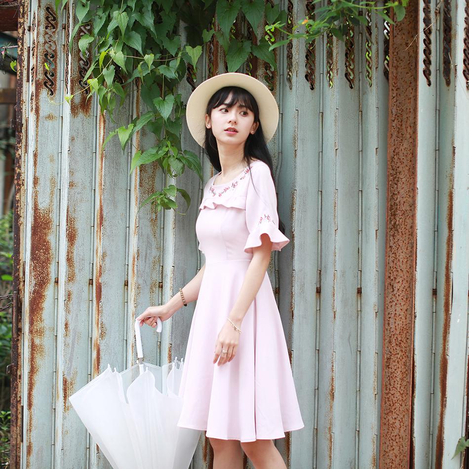 小镇姗姗 幽幽湖水 甜美荷叶边精致刺绣收腰显瘦气质感连衣裙