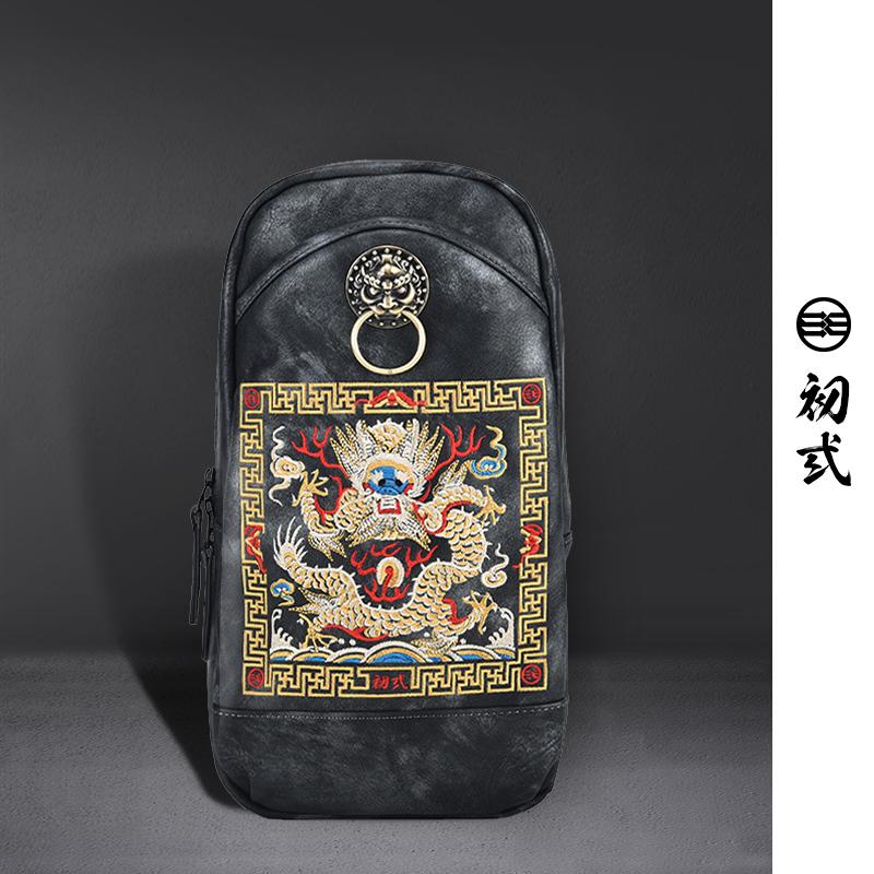 初弎中国风潮牌男女金色狮子头龙腾刺绣PU单肩斜跨背包胸包43024